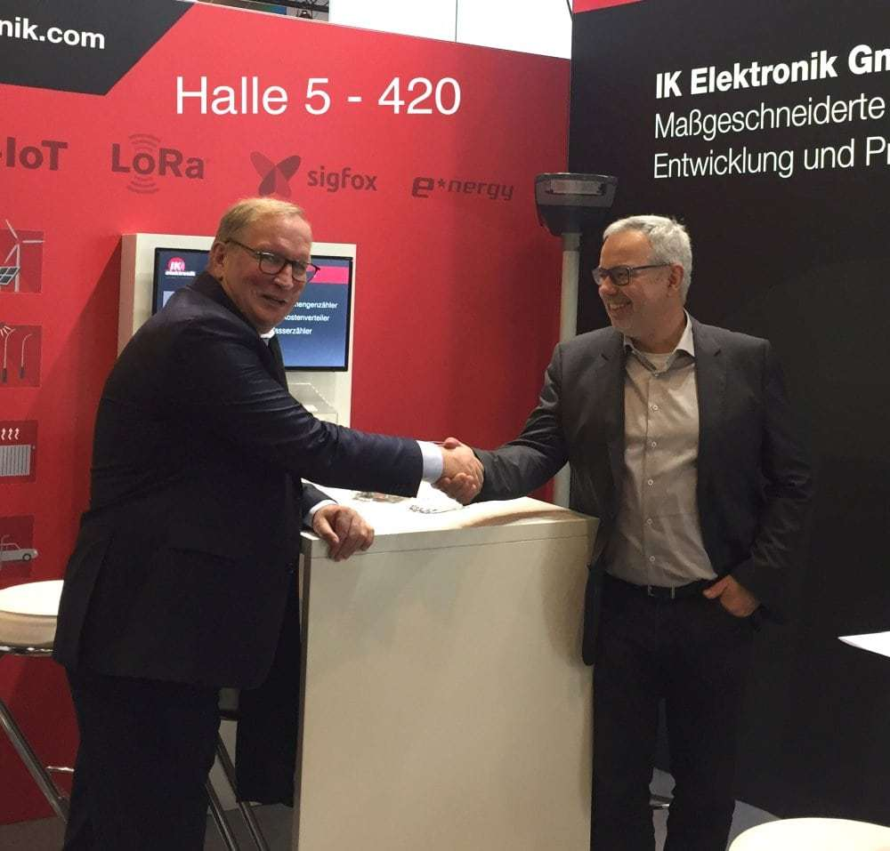 Geschäftsabschluss und gute Stimmung: Dr. Dietmar Gollnick - e*Message und Jan-Erik Kunze - IK Elektronik