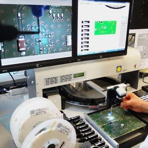 Halbautomatischer Bestücker im Musterbauzentrum bei IK Elektronik